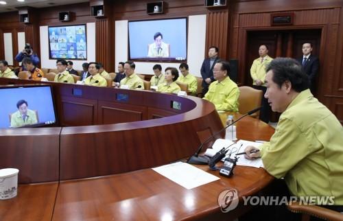 施設の安全点検実施に向け、自治体首長ともテレビ会議システムで話し合った=2日、ソウル(聯合ニュース)