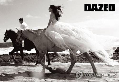 资料图片:太阳与闵孝琳在夏威夷拍摄的婚纱照(韩联社/英国时尚杂志《DAZED》韩国提供)