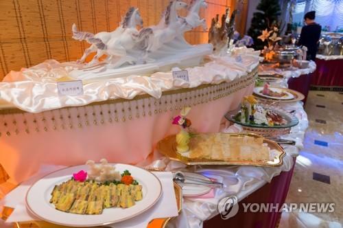 ホテルのレストランに並んだ食事=(写真共同取材団=聯合ニュース)