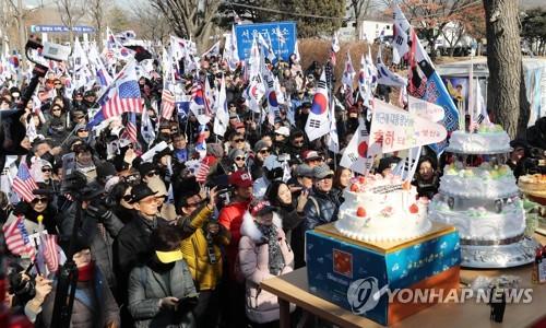 ソウル拘置所周辺で集会を開く朴槿恵氏の支持者ら=2日、義王(聯合ニュース)