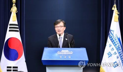 大統領府報道官として初の記者会見を行う金宜謙氏=2日、ソウル(聯合ニュース)