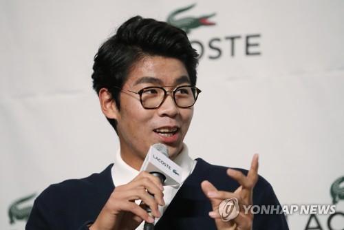 Le joueur de tennis sud-coréen Chung Hyun répond à des questions de journalistes à l'hôtel Banyan Tree à Séoul le vendredi 2 février 2018, lors d'une conférence de presse organisée par Lacoste. Chung est le premier Sud-Coréen à avoir atteint les demi-finales d'un tournoi du Grand Chelem, à l'Open d'Australie le mois dernier.