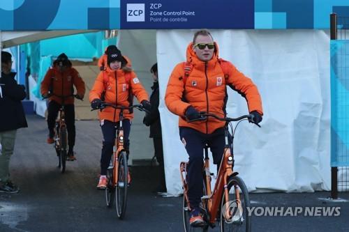 평창올림픽 참가 중에도 자전거를 타는 네덜란드 선수단 [연합뉴스 자료사진]