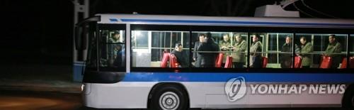 Test d'un trolleybus en présence du dirigeant nord-coréen Kim Jong-un (KCNA=Yonhap) (Utilisation en Corée du Sud uniquement et redistribution interdite)