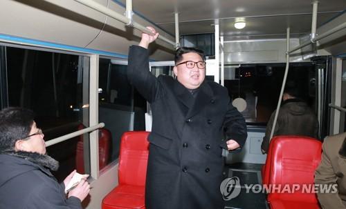 Le dirigeant nord-coréen Kim Jong-un (au centre) et son épouse Ri Sol-ju ont essayé un nouveau trolleybus à Pyongyang, a rapporté le dimanche 4 février 2018 l'Agence centrale de presse nord-coréenne. (Utilisation en Corée du Sud uniquement et redistribution interdite)