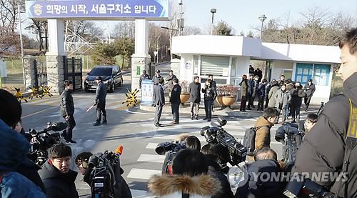 2月5日,在首尔看守所前,大批媒体记者正等待李在�F获释。(韩联社)