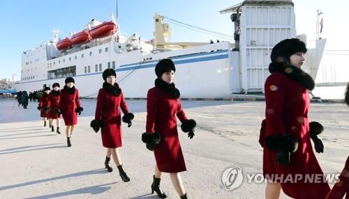 万景峰92号から下船し、公演会場に向かう芸術団の団員=7日、東海(写真協同取材団=聯合ニュース)