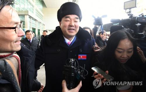 韓国到着後、報道陣に囲まれる金日国体育相=7日、坡州(写真共同取材団=聯合ニュース)
