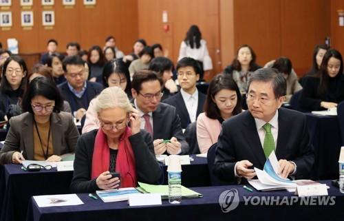 会合に出席したDACや韓国政府の関係者=7日、ソウル(聯合ニュース)