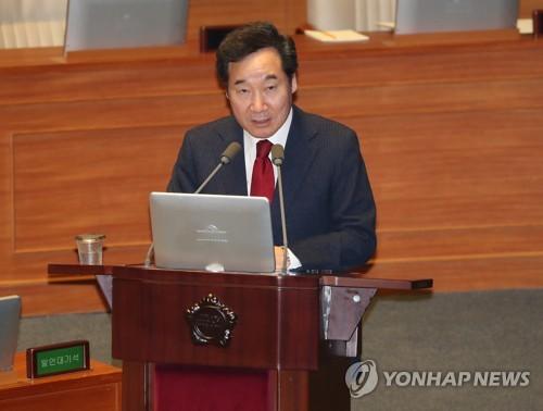 国会で議員の質問に答える李首相=7日、ソウル(聯合ニュース)