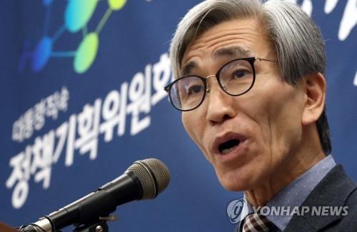 답변하는 정해구 정책기획위원회 위원장