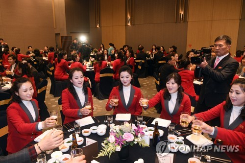 건배하는 북한 응원단…환영 만찬 [연합뉴스 자료 사진]