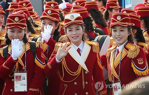 入村式で笑顔を見せる北朝鮮応援団の団員=8日、江陵(聯合ニュース)