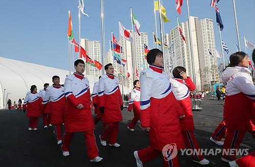 入村式の会場に向かう北朝鮮選手団=8日、江陵(聯合ニュース)