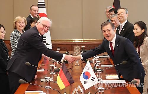 握手を交わす文大統領(右)とシュタインマイヤー大統領=8日、ソウル(聯合ニュース)