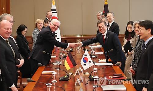 Le président Moon Jae-in échange une poignée de main avec son homologue allemand Frank-Walter Steinmeier le jeudi 8 février 2018 à Cheong Wa Dae, avant leur sommet bilatéral.