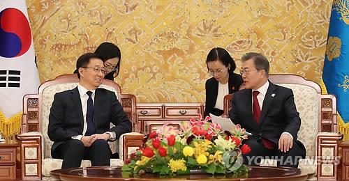 韓氏(左)と面談する文大統領=8日、ソウル(聯合ニュース)