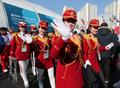 朝鲜拉拉队挥手示意笑容满面