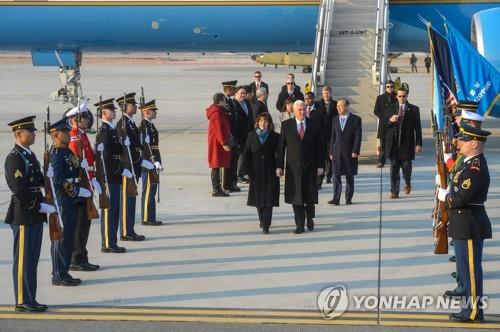 2月8日下午,在京畿道平泽市驻韩美军乌山空军基地,美国副总统彭斯(右)及其夫人卡伦乘专机飞抵韩国。(韩联社/联合记者团)