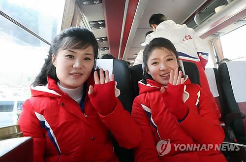 朝鲜拉拉队挥手致意