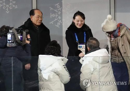 2月9日,在江原道平昌奥林匹克体育场举行的2018平昌冬奥会开幕式上,韩国总统文在寅(一排右)与朝鲜劳动党中央委员会第一副部长金与正握手。二排左一为朝鲜最高人民会议常任委员会委员长金永南。(韩联社)