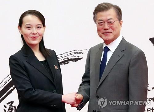 ソウルの大統領府で会談した文大統領(右)と金与正氏=(聯合ニュース)