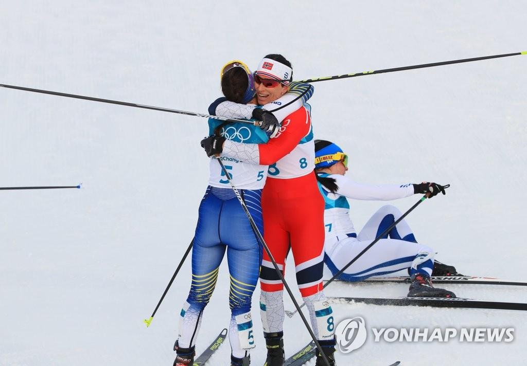 [올림픽] 서로를 축하하는 1,2위
