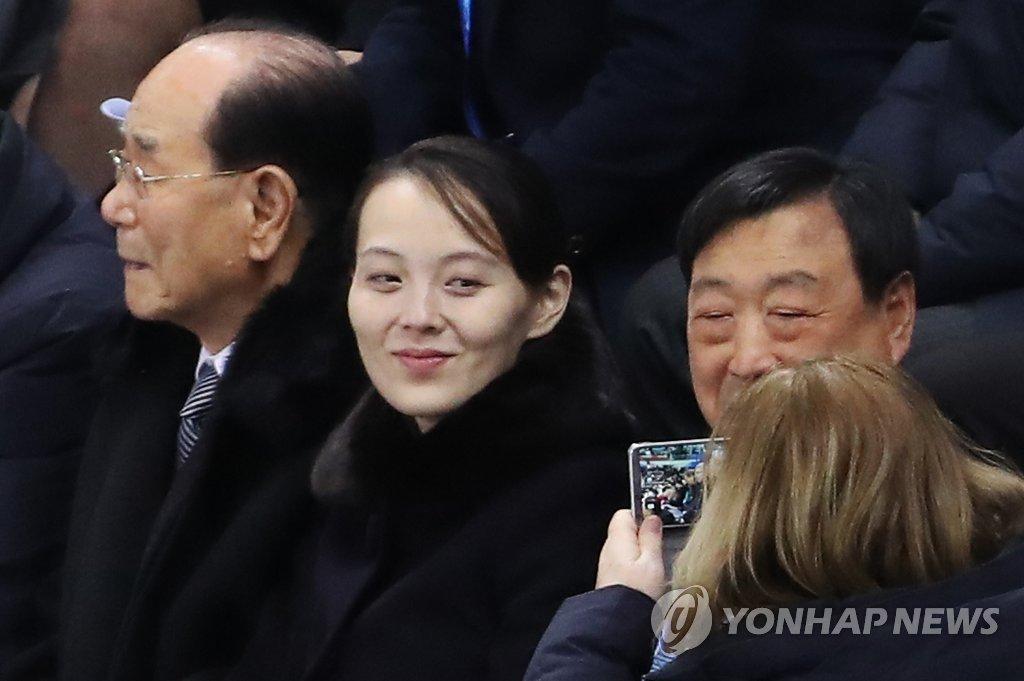 [올림픽] 사진 촬영 요청에 김여정 미소