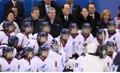 韩朝领导人和女子冰球联队合影