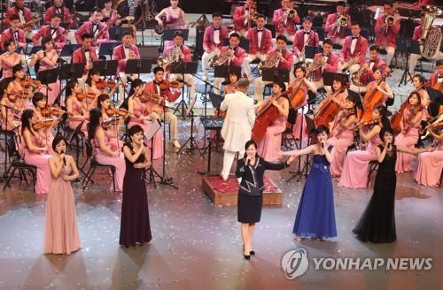 Hyon Song-wol (au centre), chef de la troupe artistique nord-coréenne Samjiyon, chante le dimanche 11 février 2018 au Théâtre national de Corée à Séoul, lors du concert de la troupe, à l'occasion des Jeux olympiques d'hiver de PyeongChang.
