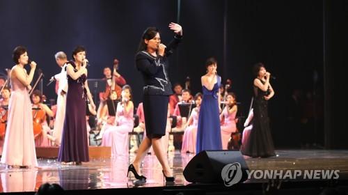 2月11日下午,在首尔国立中央剧场,三池渊管弦乐团团长玄松月(中)正在进行表演。(韩联社)