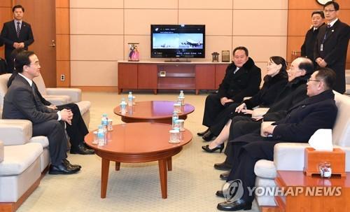 9〜11日の韓国滞在を終え、仁川空港から帰路に就く前の北朝鮮高官代表団(右側、韓国大統領府提供)=(聯合ニュース)