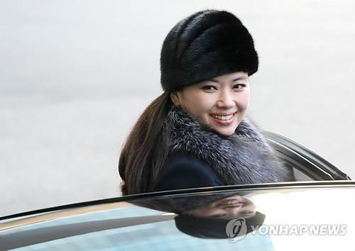 Hyon Song-wol, chef de la troupe artistique nord-coréenne Samjiyon, monte dans une voiture devant l'hôtel Grand Walkerhill à Séoul pour se diriger vers le bureau des douanes, de l'immigration et de la quarantaine à la station Dorasan à Paju, dans la province du Gyeonggi, afin de retourner en Corée du Nord, après avoir donné des spectacles à l'occasion des Jeux olympiques d'hiver de PyeongChang.