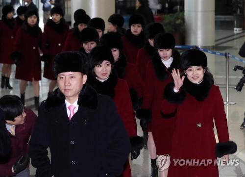 Les membres de la troupe artistique nord-coréenne Samjiyon arrivent le lundi 12 février 2018 au  bureau des douanes, de l&apos;immigration et de la quarantaine à la station Dorasan à Paju, dans la province du Gyeonggi, afin de retourner en Corée du Nord, après avoir donné des spectacles à l&apos;occasion des Jeux olympiques d&apos;hiver de PyeongChang. (Joint Press Corps-Yonhap) </p><p>