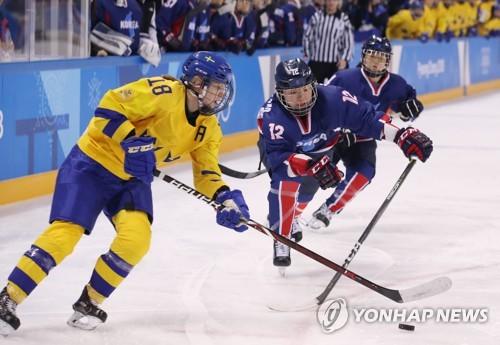 激しい攻防を繰り広げるコリアとスウェーデンの選手=12日、江陵(聯合ニュース)