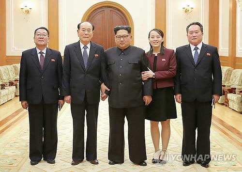 북한 김정은, 방남 고위급대표단과 기념사진