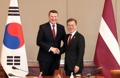 文在寅会见拉脱维亚总统韦约尼斯