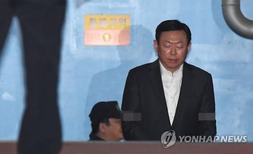 'K재단 70억 뇌물' 롯데 신동빈 회장 징역 2년6개월 실형