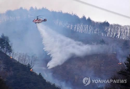 삼척 도계 산불 진화하는 산림청 헬기