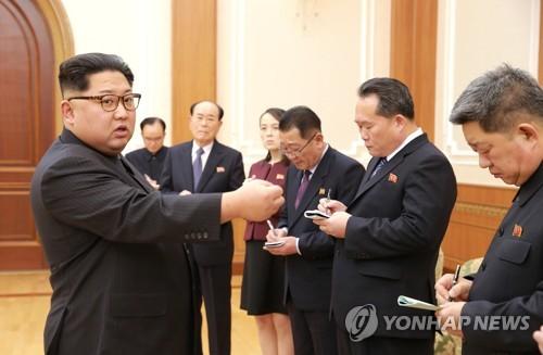 북한 김정은 위원장, 평창 동계올림픽 참석자들 격려