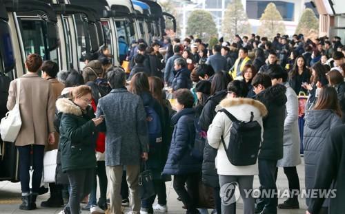귀성객으로 붐비는 고속버스터미널