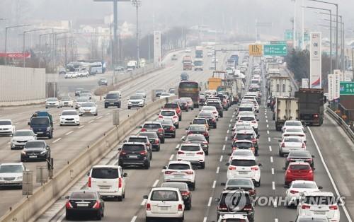 帰省客などで下り線が渋滞している高速道路=14日、驪州(聯合ニュース)