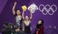 朝鲜双人滑组合向观众致意