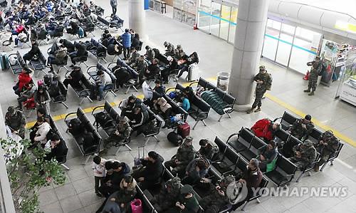 배편 기다리는 승객들