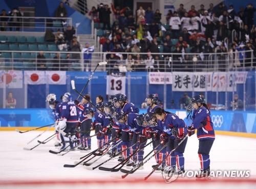 試合終了後、観客にあいさつするコリアの選手たち=14日、江陵(聯合ニュース)
