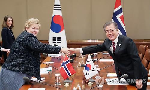 노르웨이 총리와 악수하는 문 대통령