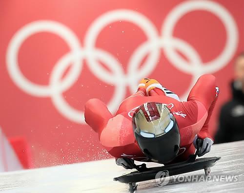 Le Sud-Coréen Yun Sung-bin s'élance le vendredi 16 février 2018 lors de la troisième manche de l'épreuve de skeleton hommes des Jeux olympiques d'hiver de PyeongChang, au centre olympique de glisse à PyeongChang.