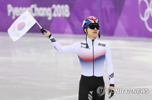 3位でゴールし、太極旗(韓国の国旗)を振る徐イラ=17日、江陵(聯合ニュース)