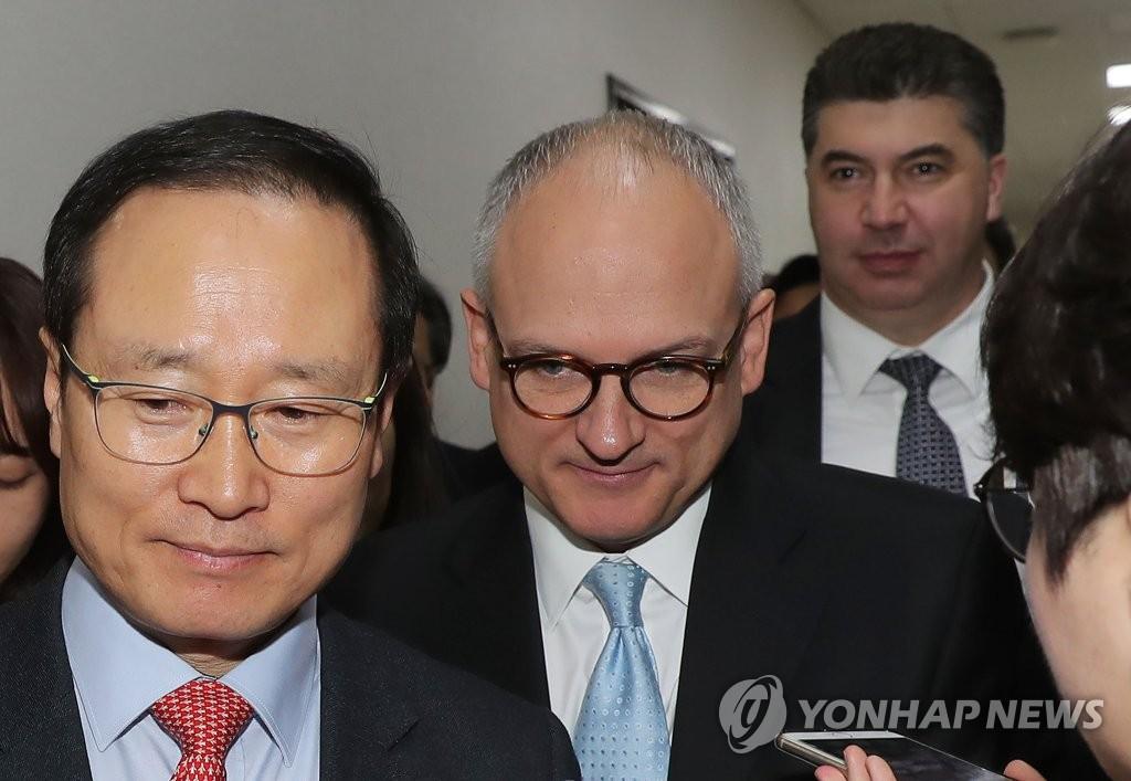 배리 앵글 GM 총괄 부사장, 여당 한국GM대책 TF 위원장 면담