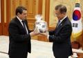 文在寅获赠2018年俄罗斯世界杯比赛用球